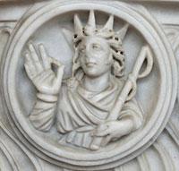 Мраморное изображение Гелиоса на стене храма