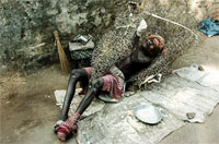 Йог-аскет, отдыхающий в кусте терновника