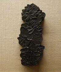 Брусок туши в виде листьев и цветов лотоса